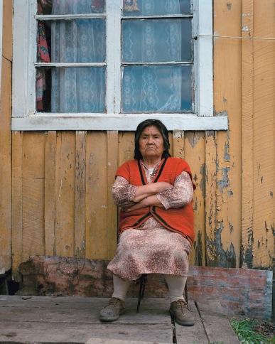 """""""Patagonie, histoires du bout du monde""""/Editions Solar 2004 mots clés : portrait/femme/solitude/marron/rouge"""
